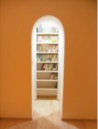 遊び心でトンネルをくぐると奥には書庫