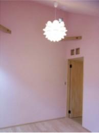 子供室にはうっすらとピンクの漆喰で可愛く
