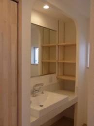 タオルや小物もたっぷり収納できる洗面所